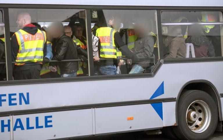 Polizei im Bus mit abgelehnten Asylbewerbern