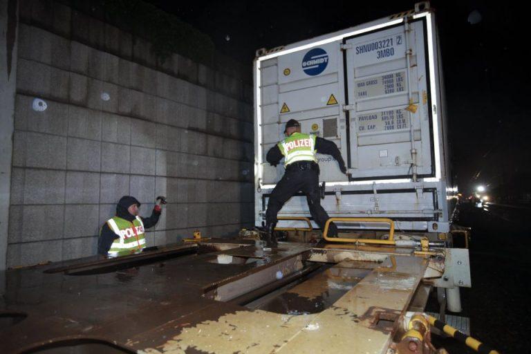 Polizei kontrolliert Güterzug