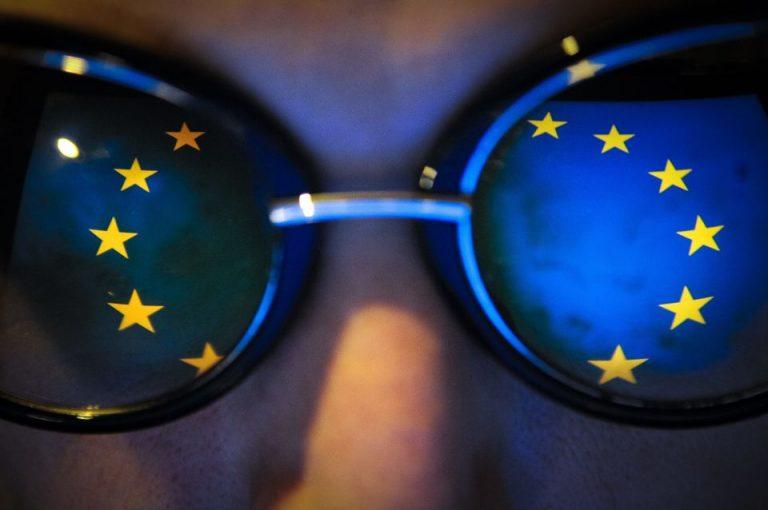 EU-Flagge auf Brille