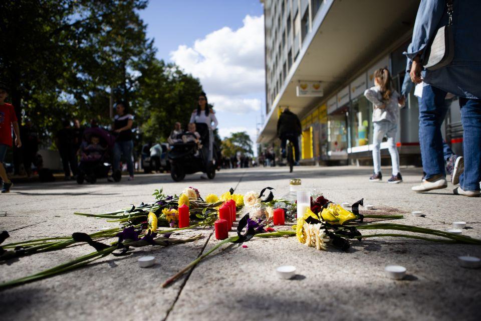 Blumen und Kerzen am Tatort in Chemnitz
