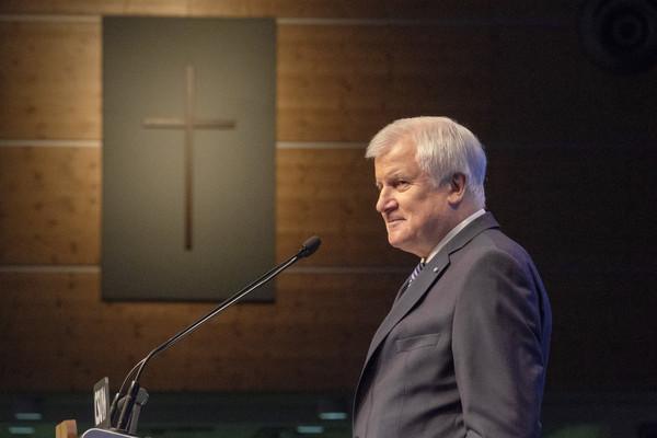 Horst Seehofer vor chritlichem Kreuz