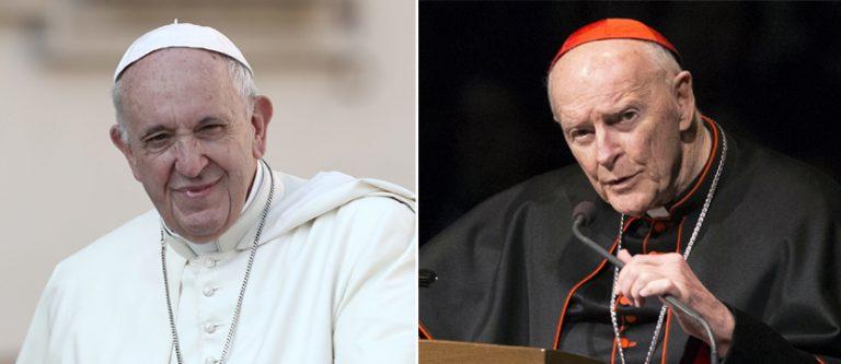 Papst Franziskus (l.) und  Kardinal McCarrick