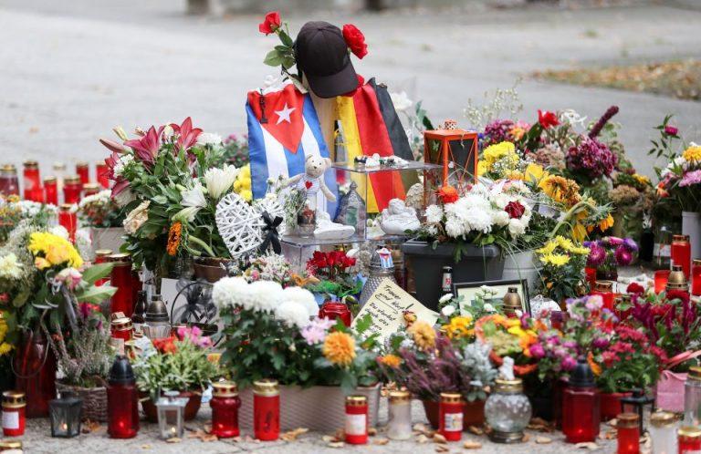 Blumen und Grablichter am Tatort in Chemnitz