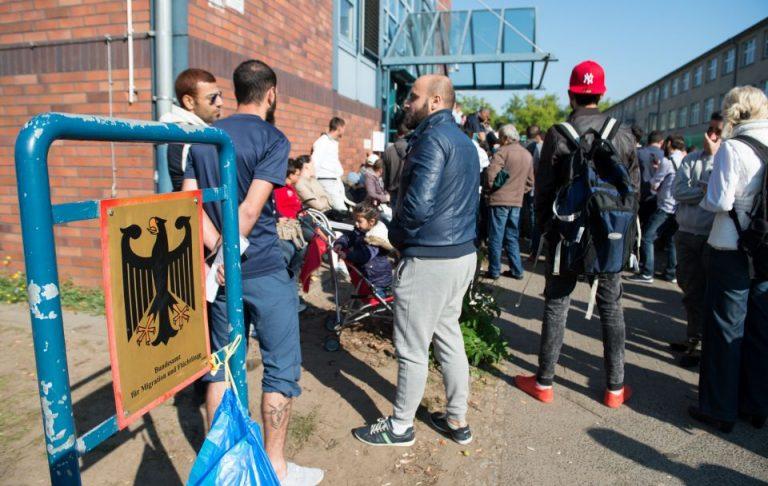 Asylsuchende vor Flüchtlingsbehörde