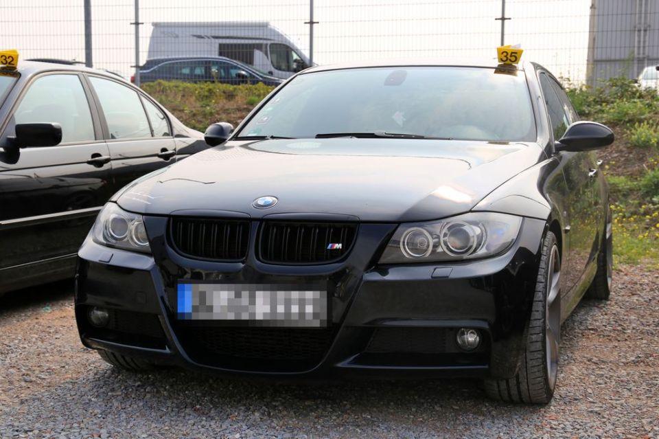 Beschlagnahmtes Auto vor Jobcenter