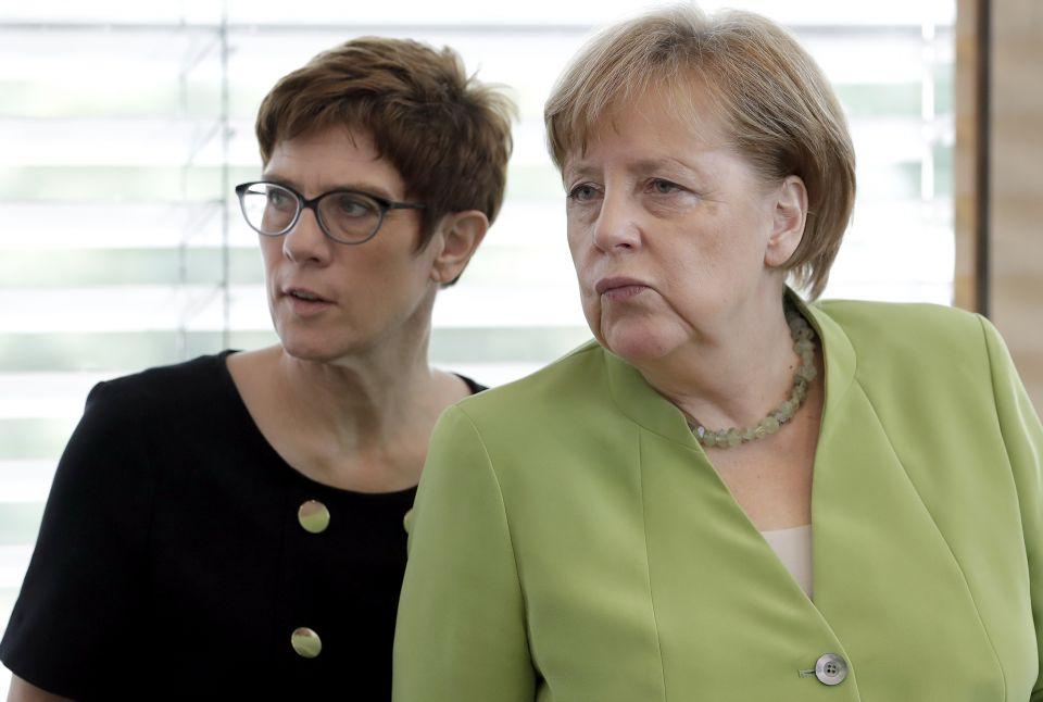 Annegret Kramp-Karrenbauer (l.) und Angela Merkel