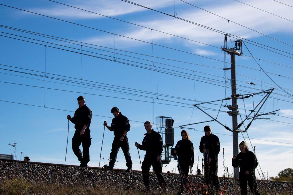 Polizisten suchen Schienen ab