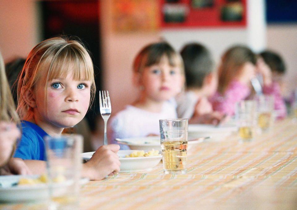 Grundschüler beim Mittagessen