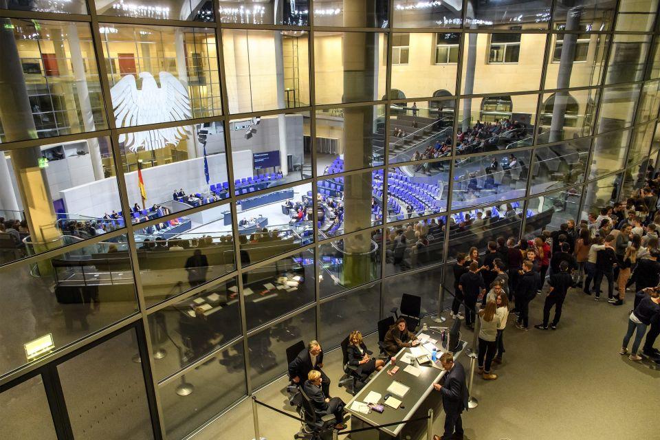 Reichstag soll mit Graben und Zaun geschützt werden ...  Reichstag soll ...