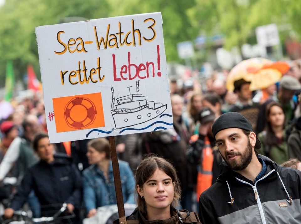 "Demonstration für ""Sea-Watch 3"" Kapitänin Carole Rackete Foto: picture alliance/Daniel Bockwoldt/dpa"