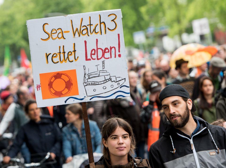 "Demonstration für ""Sea-Watch 3"" Kapitänin Carole Rackete Foto: picture alliance/Daniel Bockwoldt/dpa"