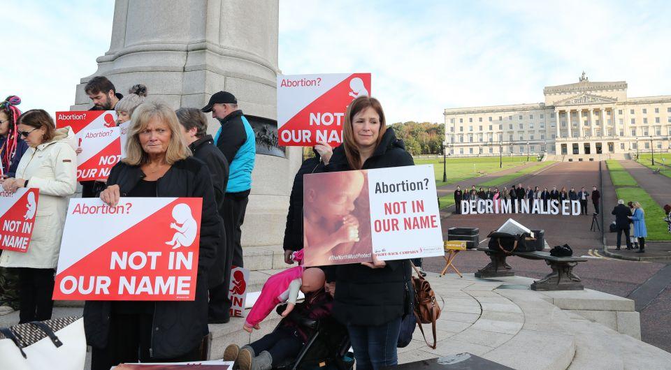 Abtreibungsgegner (l.) und -befürworter