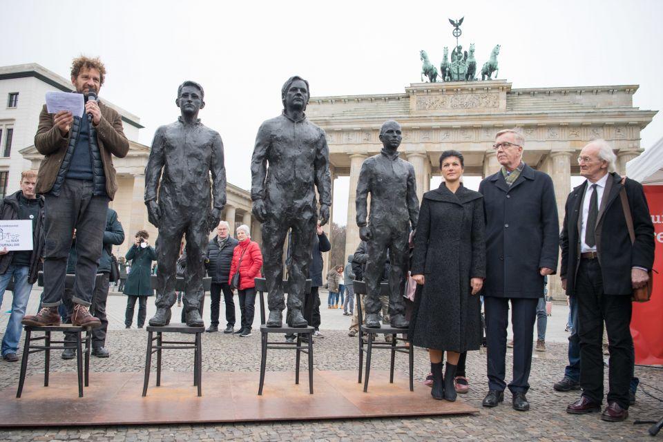 Statue Manning