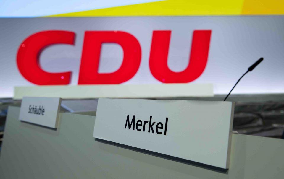 Blick auf die Plätze von Angela Merkel und Wolfgang Schäuble auf dem Parteitag der CDU in Leipzig Foto: picture alliance/Hendrik Schmidt/dpa-Zentralbild/ZB