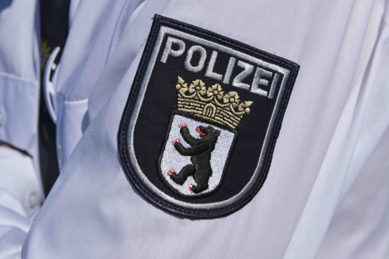 Uniform-Hemd der Berliner Polizei Foto: picture alliance/Bildagentur-online