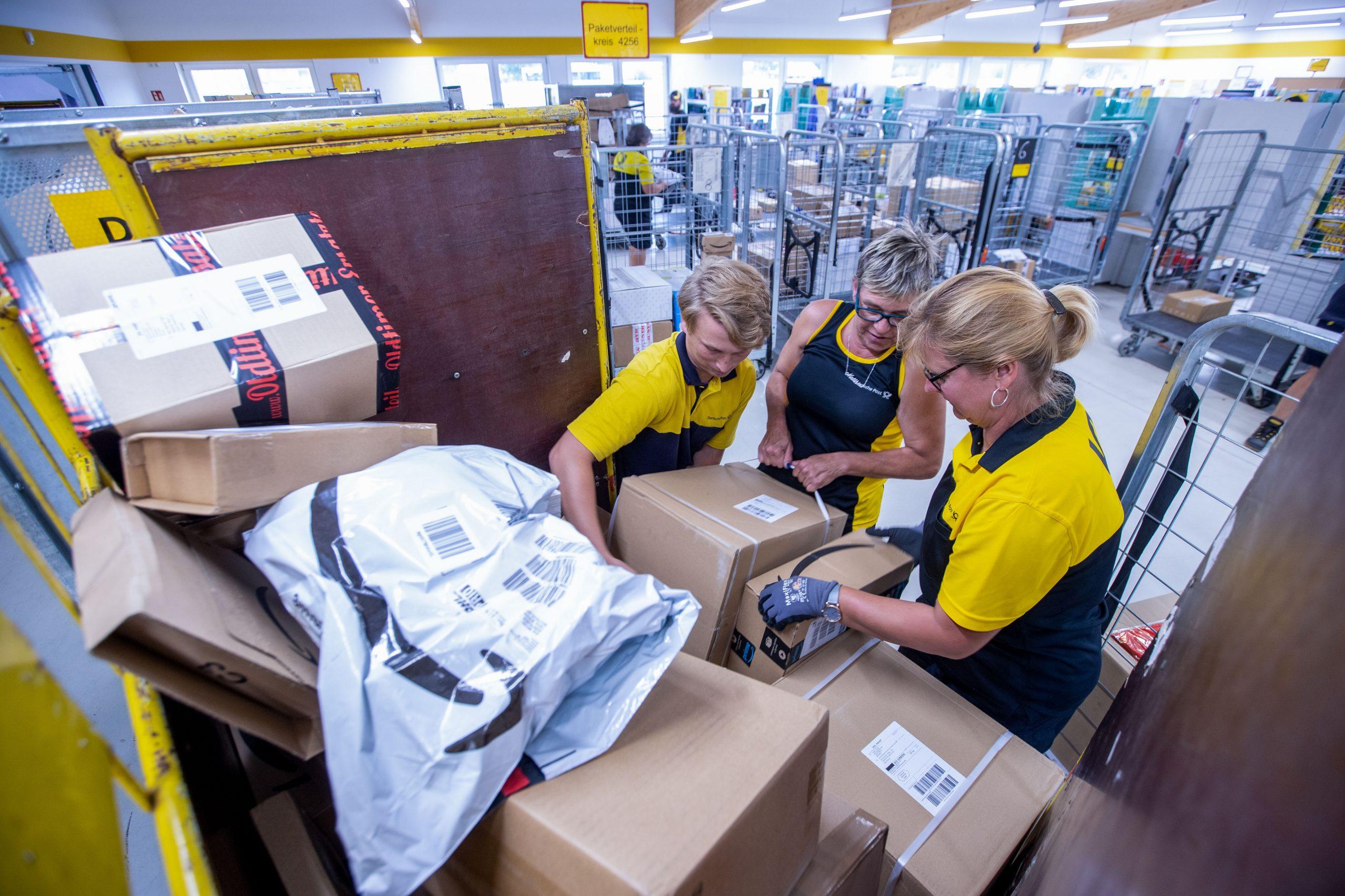 Paketzusteller der Deutschen Post Foto: picture alliance/Jens Büttner/dpa-Zentralbild/ZB