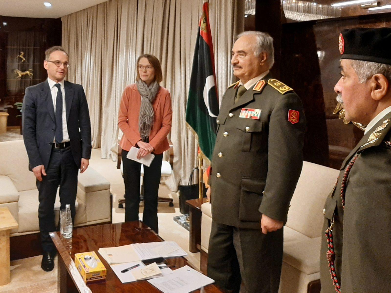 Außenminister Heiko Maas (l.) und General Chalifa Haftar (2.v.r.)