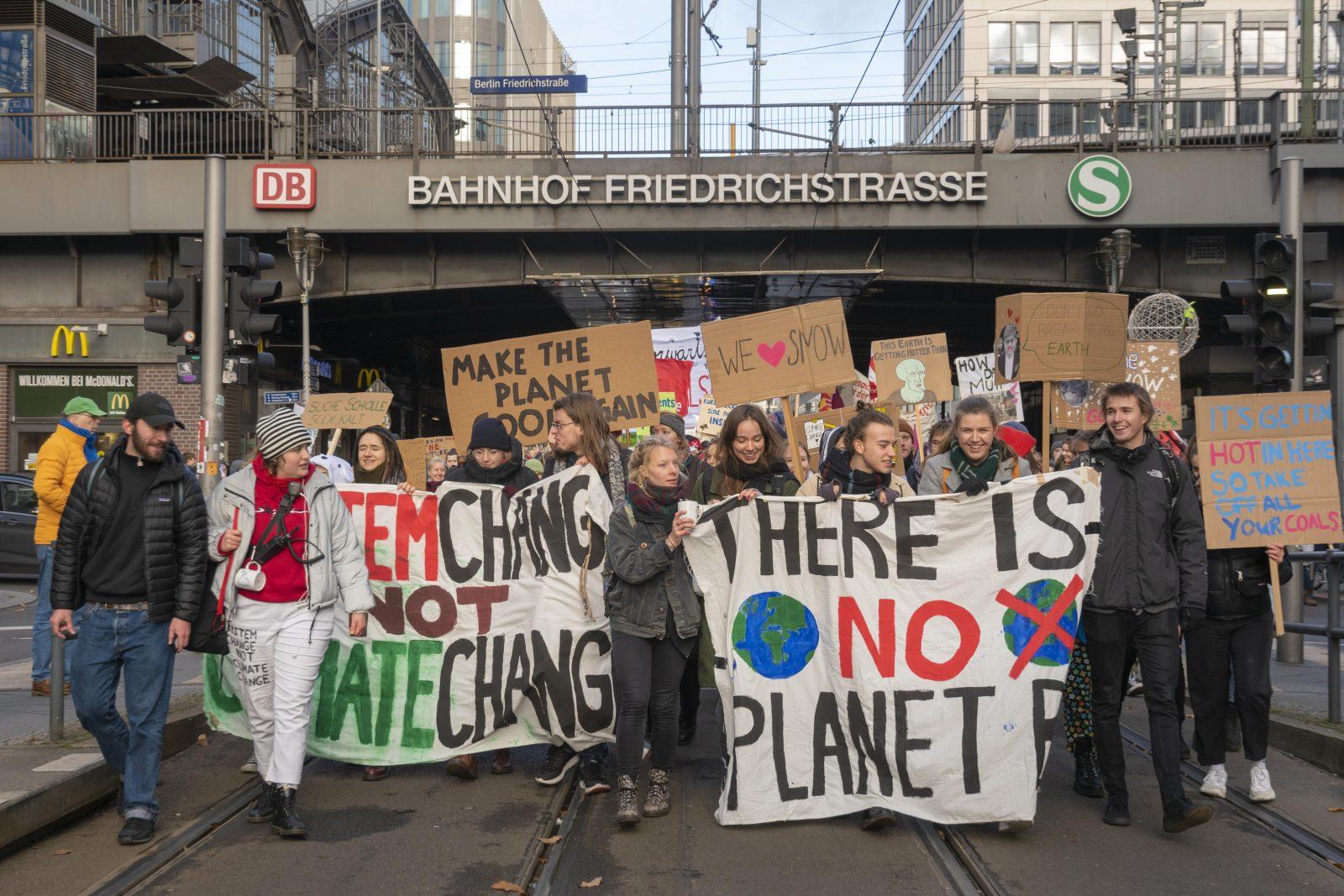 Klimastreik, Studenten mit Bannern auf der Demonstration, Fridays for Future, Friedrichstraße, Berlin, Deutschland, Europa
