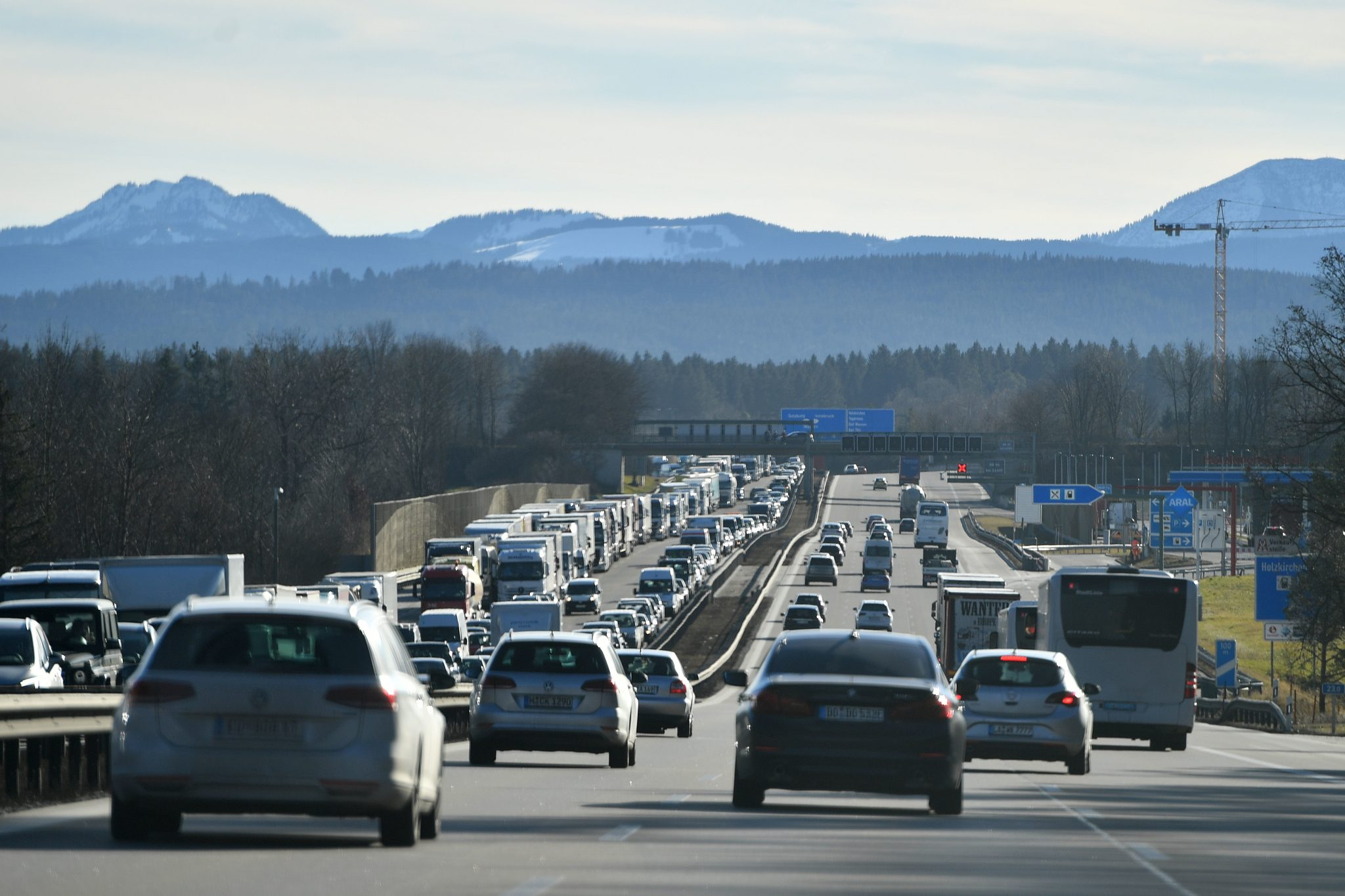 Dichter Verkehr auf der Autobahn A8 in Richtung Sueden.