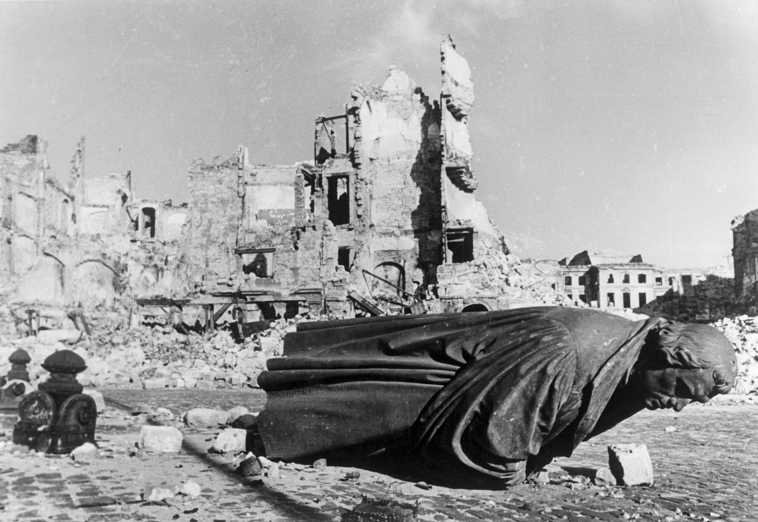 Das zerstörte Lutherdenkmal in Dresden nach den Luftangriffen vom 13. und 14. Februar 1945 Foto: picture-alliance / akg-images