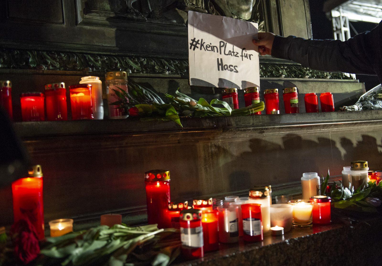 Blumen und Kerze für die Opfer von Hanau