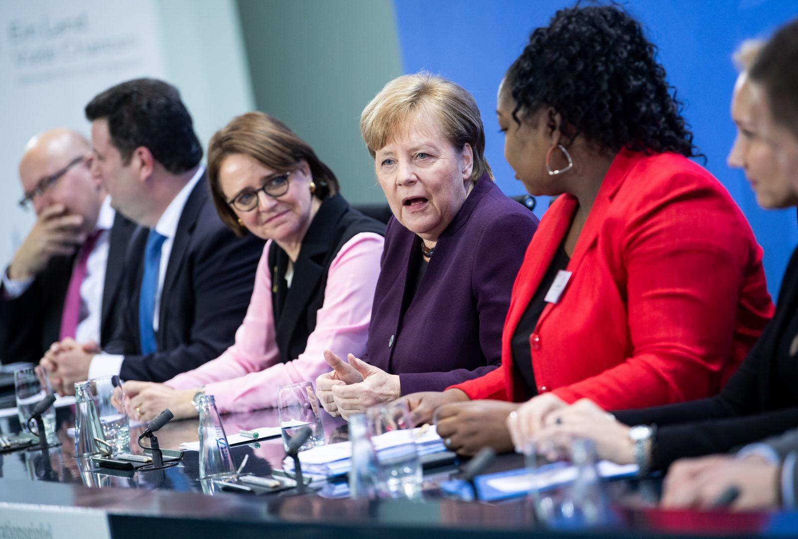Annette Widmann-Mauz (3.v.l.) und Angela Merkel