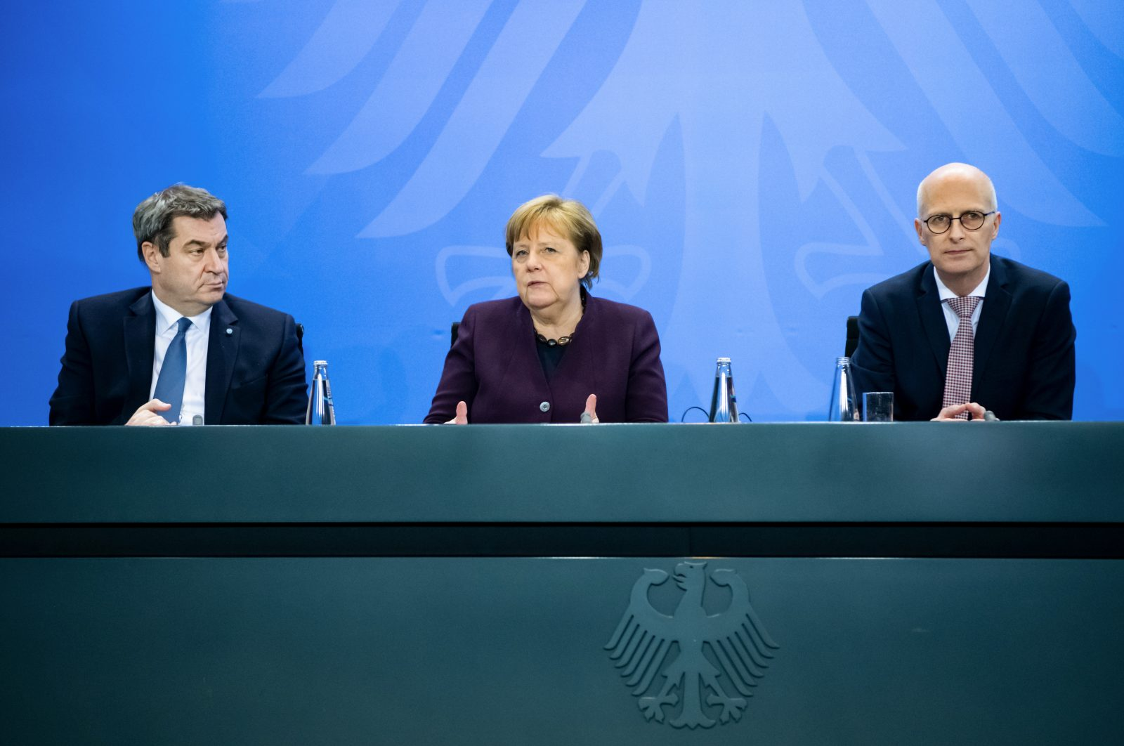 Markus Söder (CSU, l.), Angela Merkel (CDU) und Hamburgs Erster Bürgermeister Peter Tschentscher (SPD)