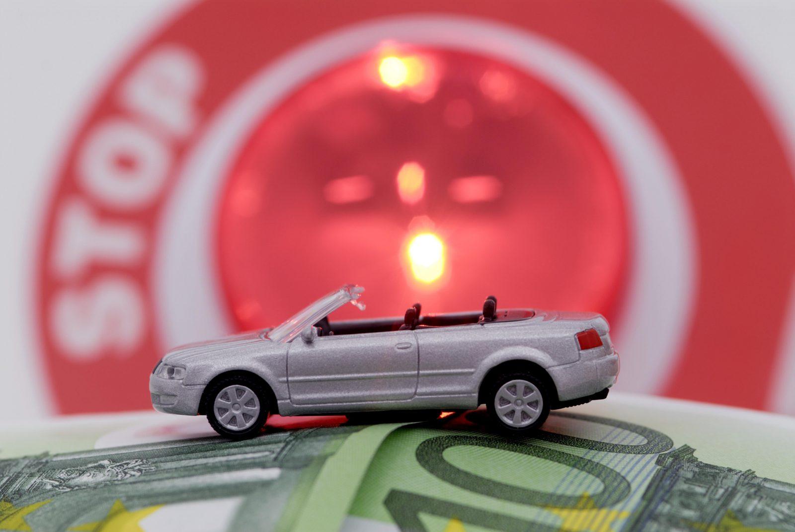Spielzeugauto, Geldscheine, Polizeikelle
