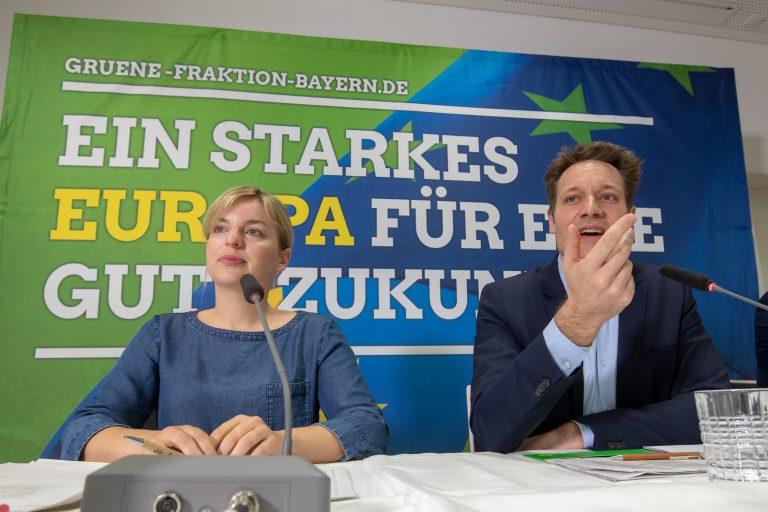 Fraktionschef der bayerischen Grünen, Ludwig Hartmann, zusammen mit Parteikollegin Katharina Schulze auf einer Pressekonferenz.