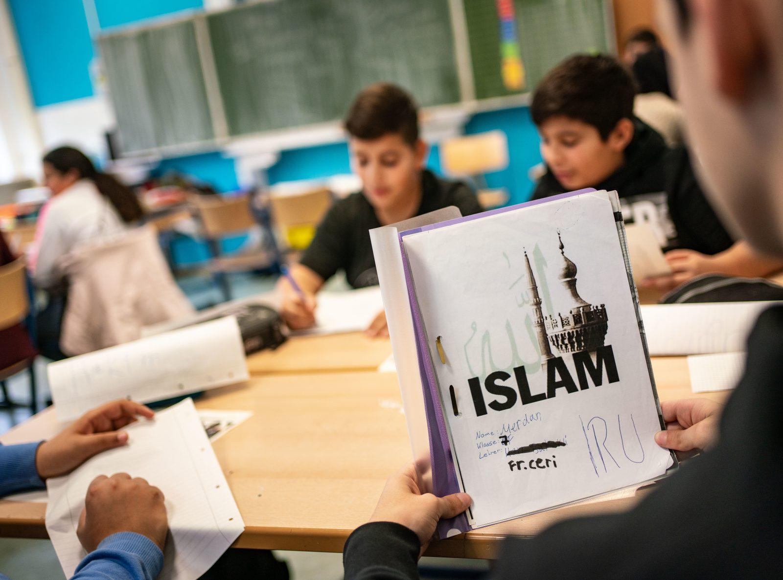 Unterricht: Der Deutsche Lehrerverband fordert Lehrer stärker bei Konflikten mit dem radikalen Islam an Schulen zu unterstützen