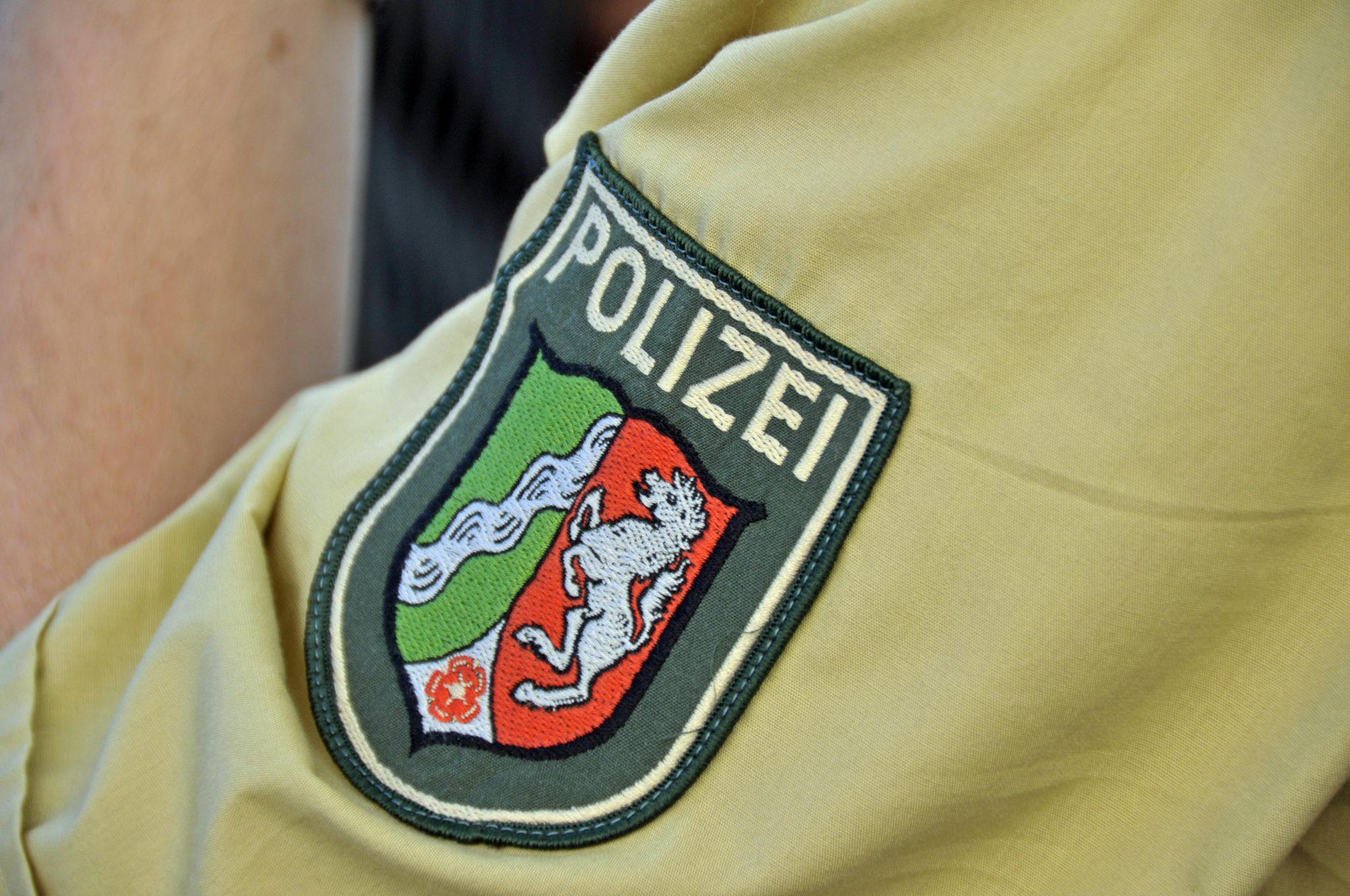 Wappen des Bundeslandes Nordrhein-Westfalen auf einer Polizeiuniform Foto: picture alliance/imageBROKER