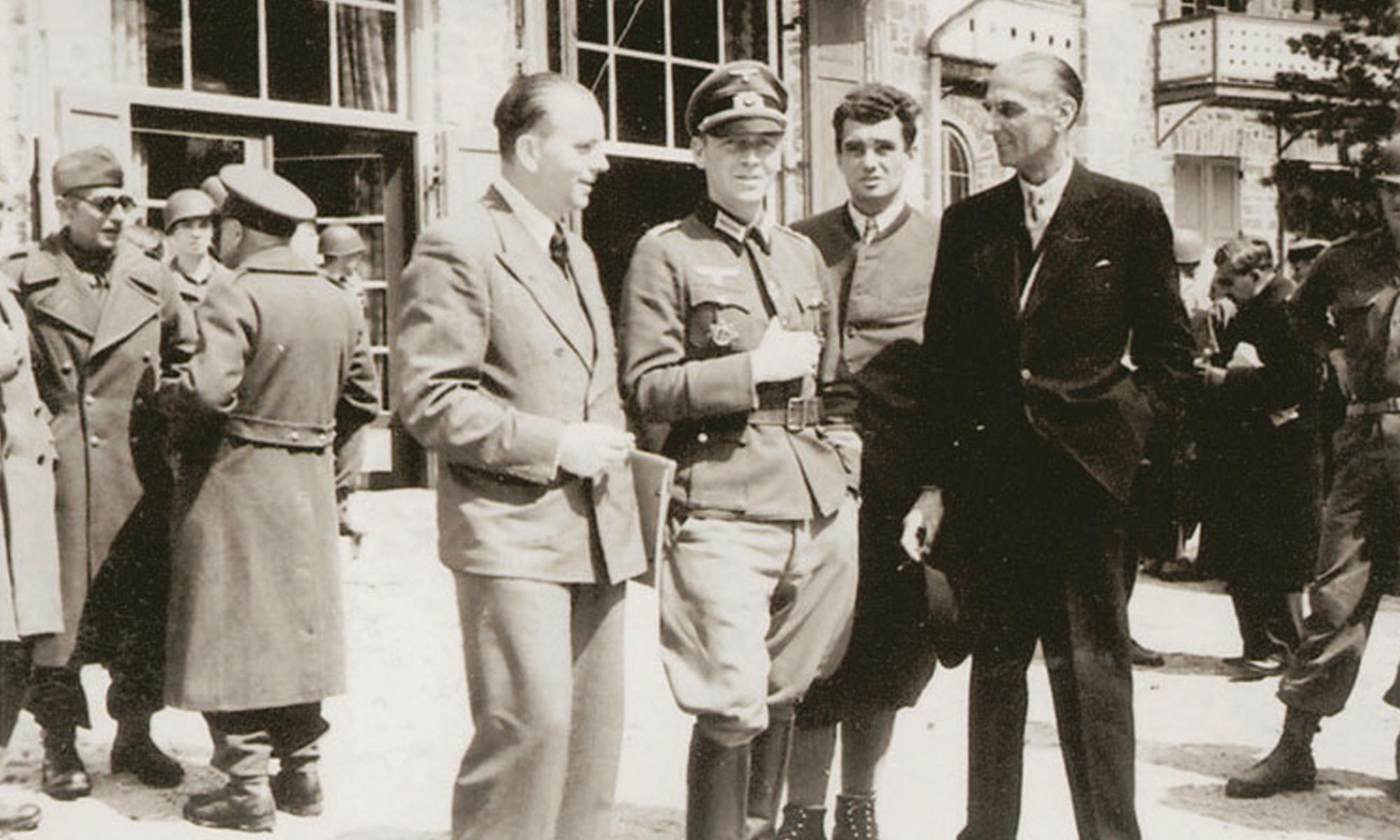 Bogislaw von Bonin (Mitte in Uniform)