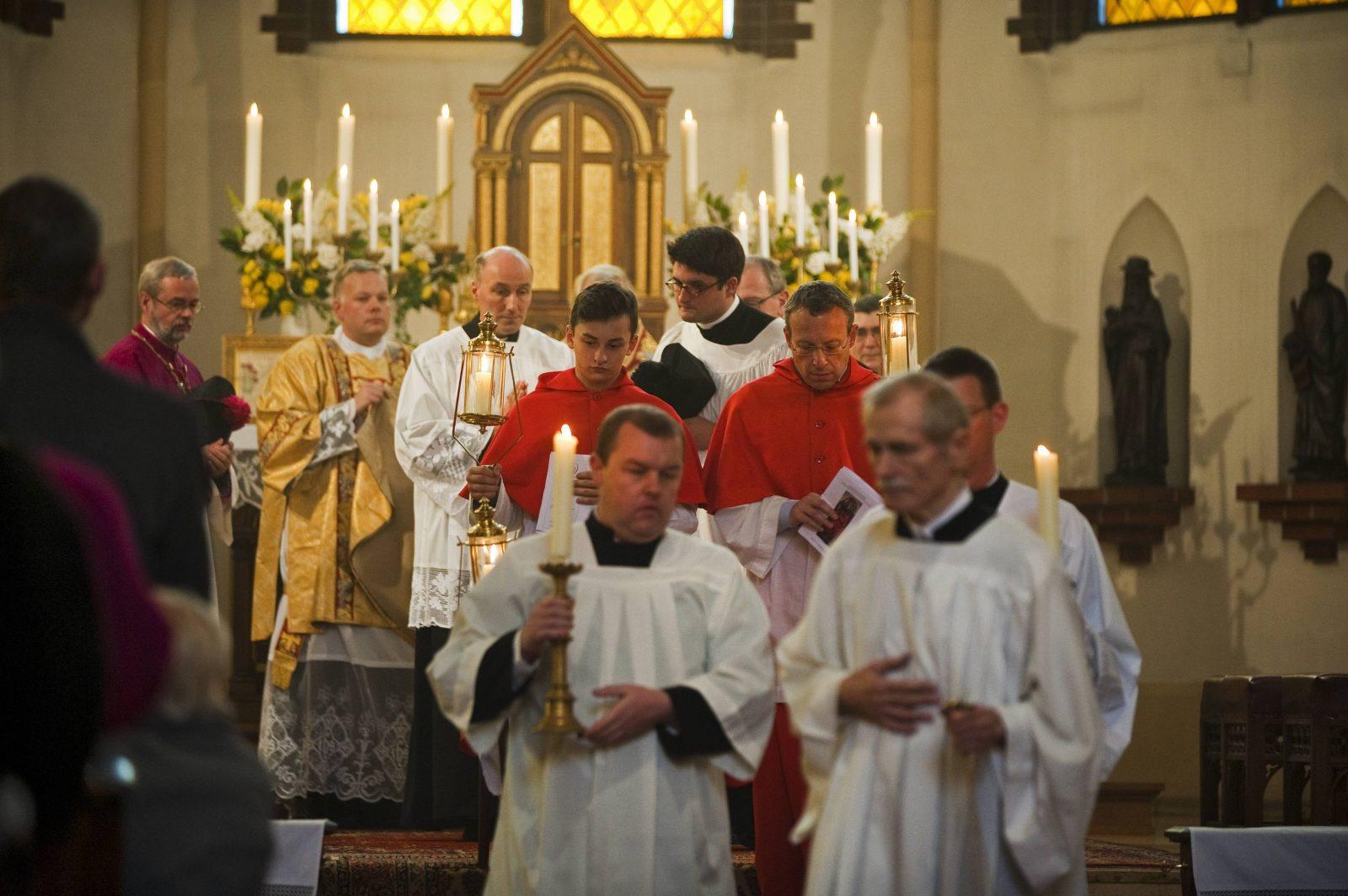 Auszug von Priestern und Kirchendienern nacjh der Heiligen Messe in St. Afra