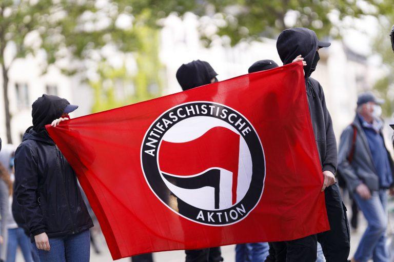 """Linksextreme halten das Banner der """"Antifa""""."""