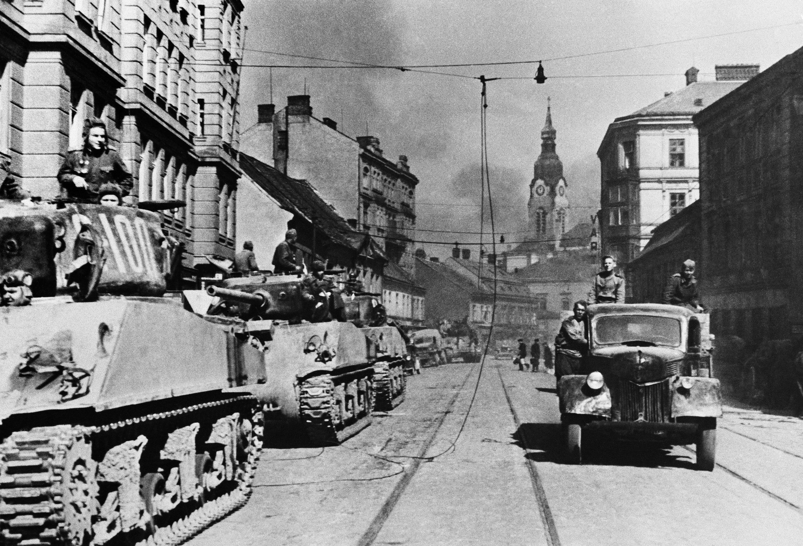 Rote Armee zieht 1945 in Brünn ein Foto: imago images / CTK Photo