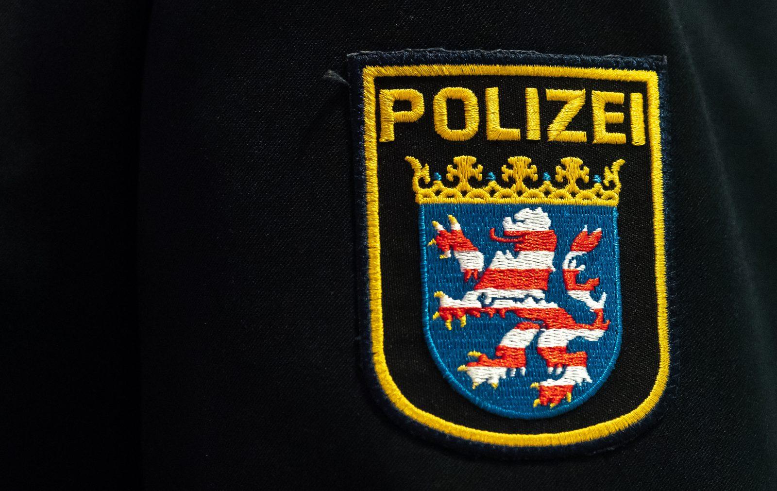 Wappen der Polizei Hessen auf der Uniform Foto: picture alliance/Silas Stein/dpa