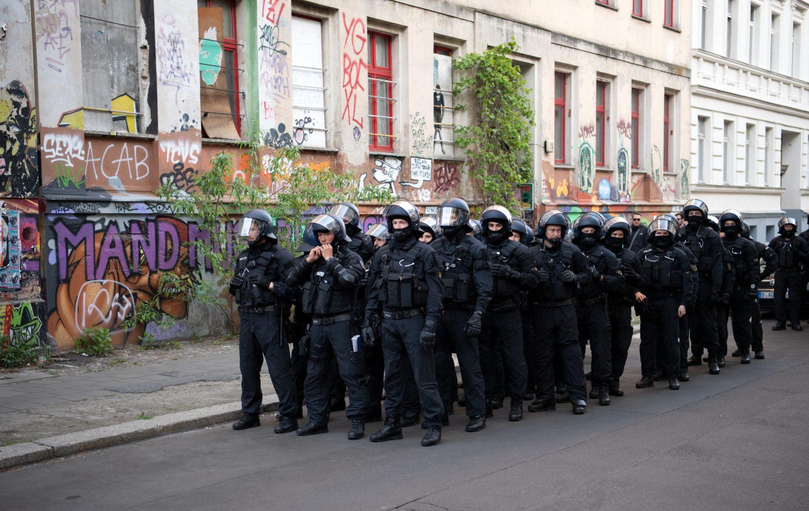 Polizisten in Berlin am Rande einer 1. Mai-Demo: Die Debatte über Angriffe auf Polizisten läuft Foto: picture alliance/Ralf Hirschberger/dpa