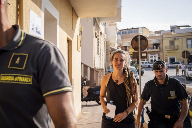 """Die Kapitänin der """"Sea Watch 3"""", Carola Rackete, nach ihrer Festnahme in Italien (Archivbild) Foto: picture alliance / Photoshot"""