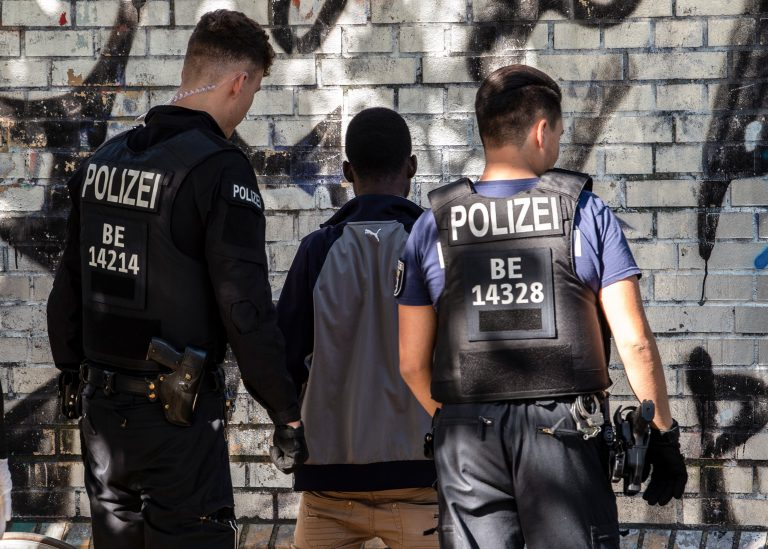 Polizei kontrolliert mutmaßlichen Drogenhändler im Görlitzer Park in Berlin Foto: picture alliance/Paul Zinken/dpa