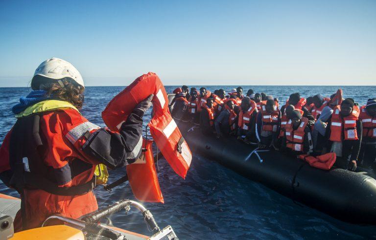 """Sea Watch 3"" nimmt Migranten auf (Archivbild) Foto: picture alliance / AP Photo"