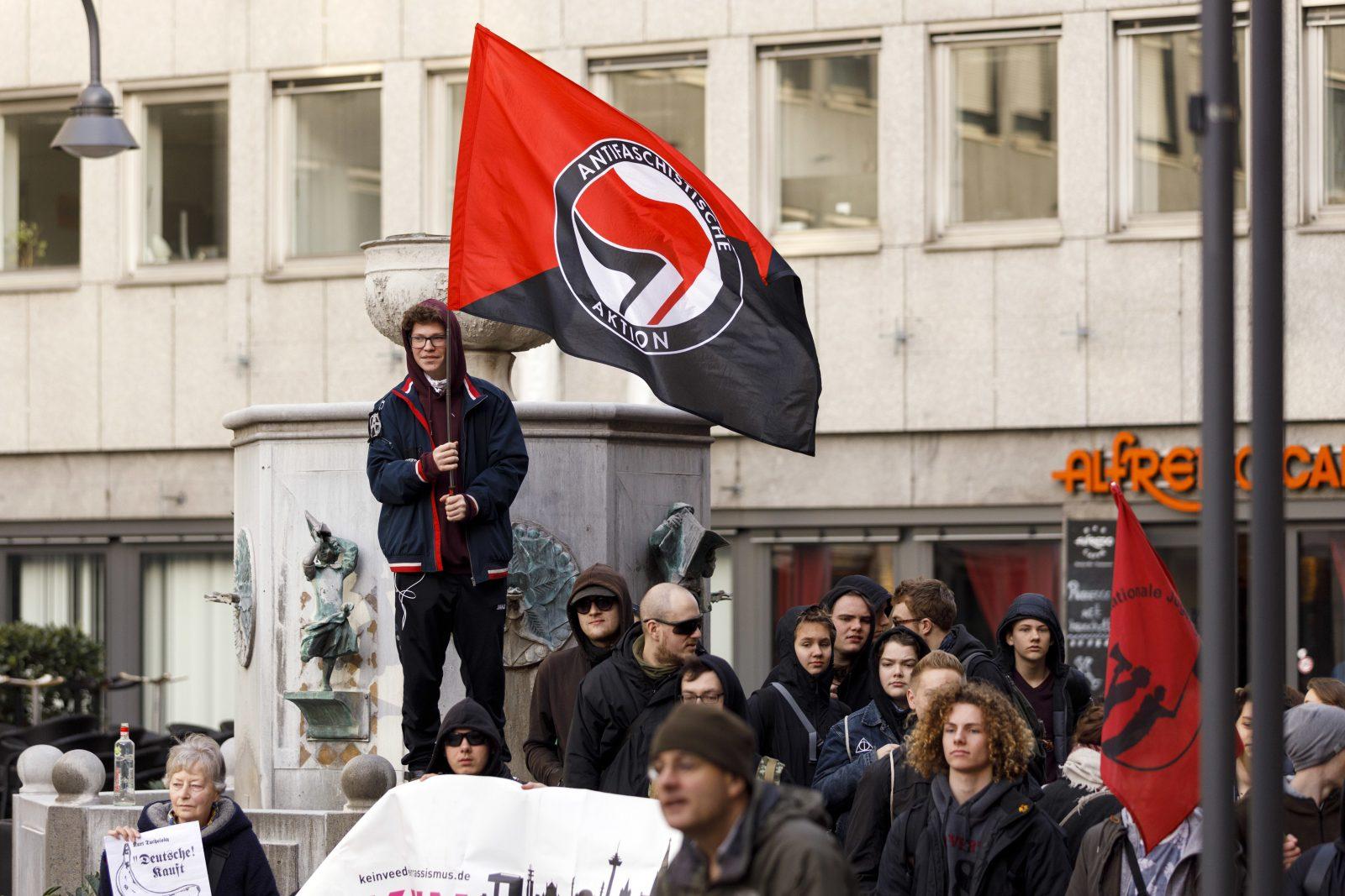 Linksextreme zeigen eine Antifa-Flagge während einer Kundgebung in Köln Foto: picture alliance/Geisler-Fotopress