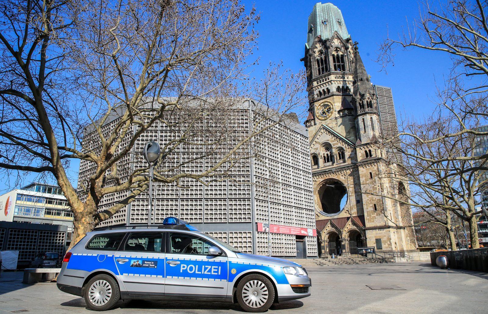 Polizeiwagen vor Kaiser-Wilhelm-Gedächtniskirche in Berlin Foto: picture alliance