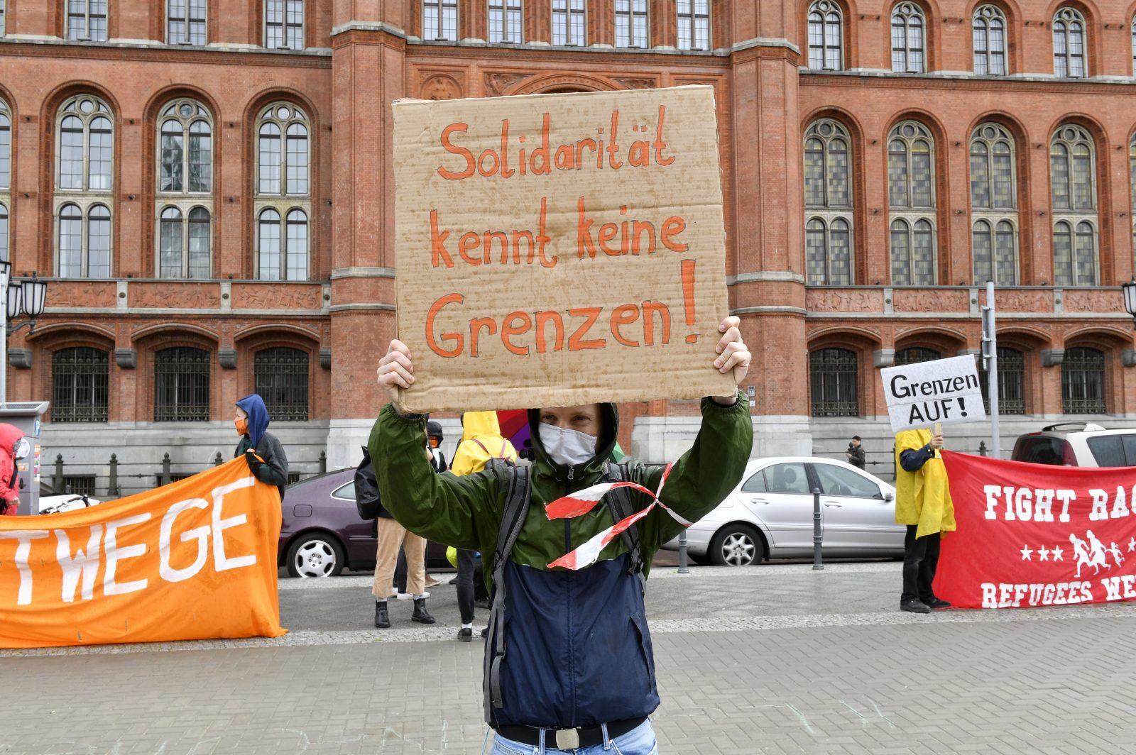 Teilnehmer einer Demonstration in Berlin fordern die Aufnahme von Asylbewerbern Foto: picture alliance/Geisler-Fotopress