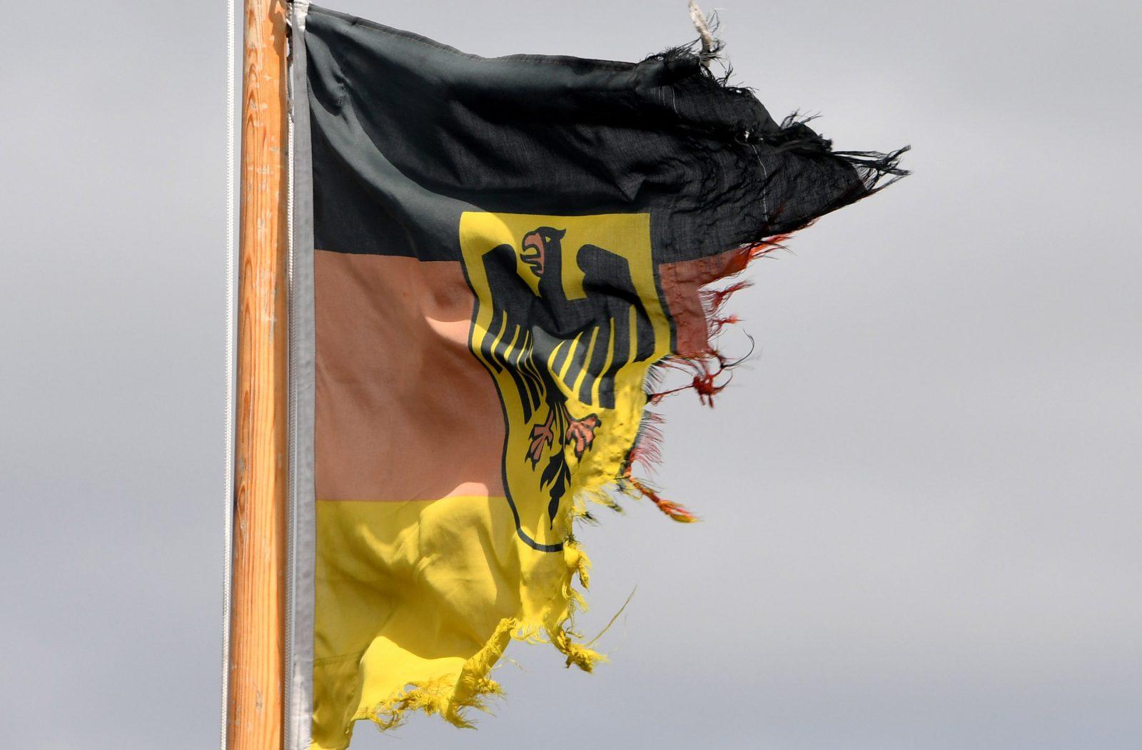 Eine ramponierte Dienstflagge der Seestreitkräfte der Bundeswehr weht auf dem U-Boot U34 im Marinehafen von Eckernförde. Foto: picture alliance / Carsten Rehder/ dpa