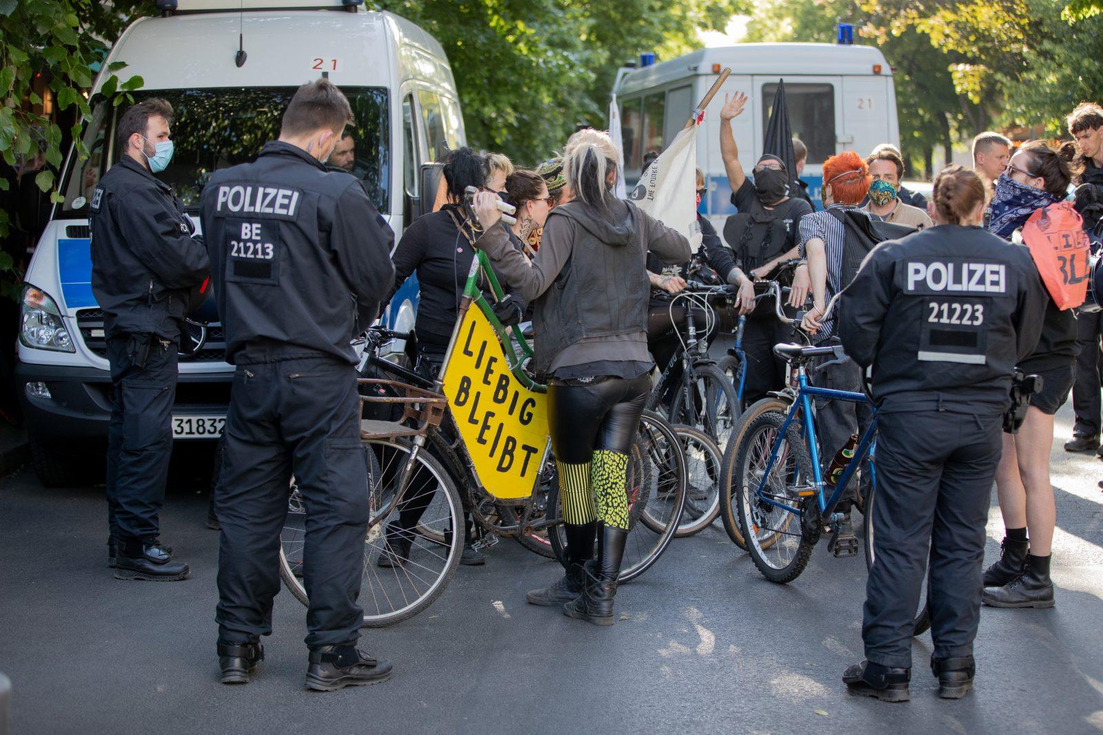 """Hausbesetzer und Unterstützer des linksextremen Hausprojekts """"Liebig34"""" demonstrieren für dessen Erhalt Foto: picture alliance/Christoph Soeder/dpa"""