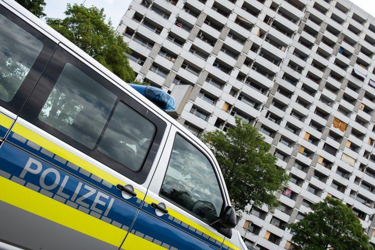 Ein Streifenwagen steht vor dem Hochhauskomplex in Göttingen, dem neuen Corona-Ausbruchsherd Foto: picture alliance/Swen Pförtner/dpa