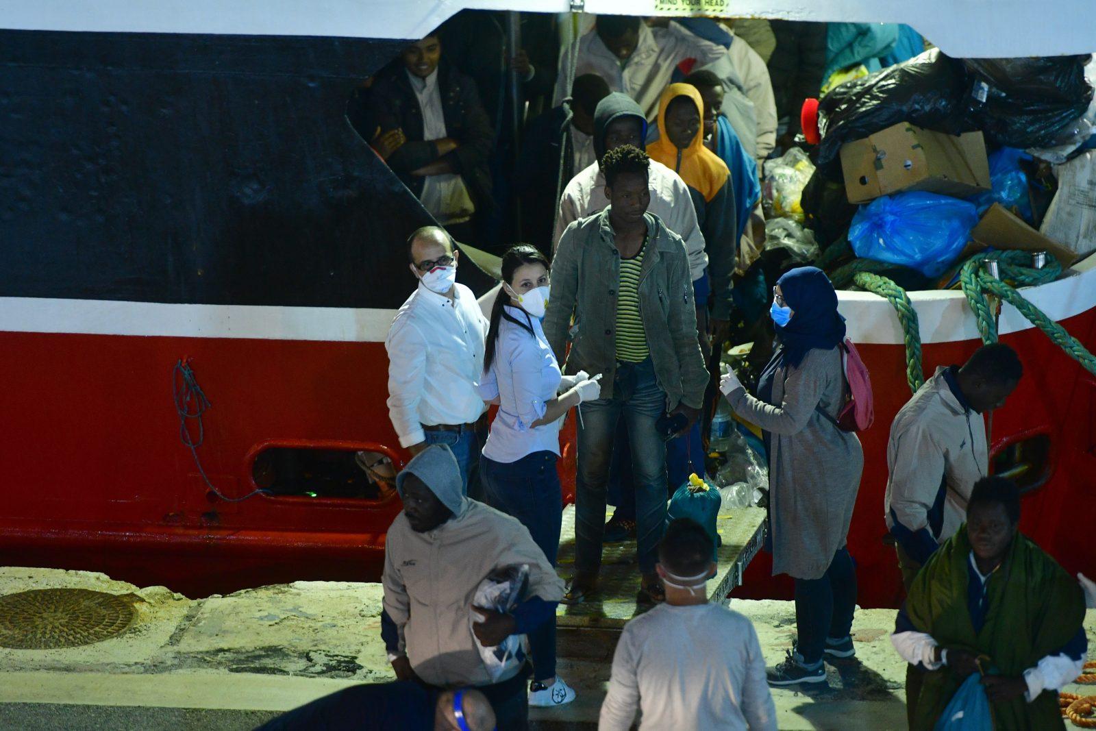 Migranten gehen in Malta von Bord. Foto: Jonathan Borg/ dpa