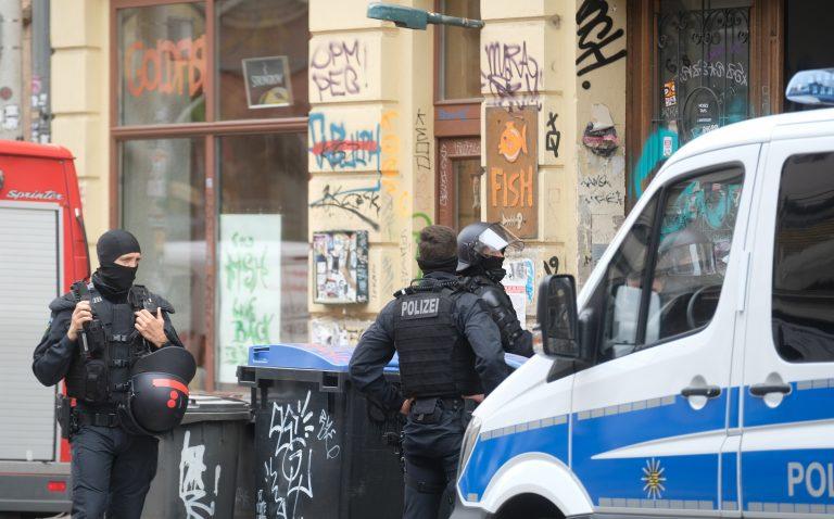 Polizisten bei Razzia in Connewitz Foto: picture alliance/Sebastian Willnow/dpa-Zentralbild/dpa