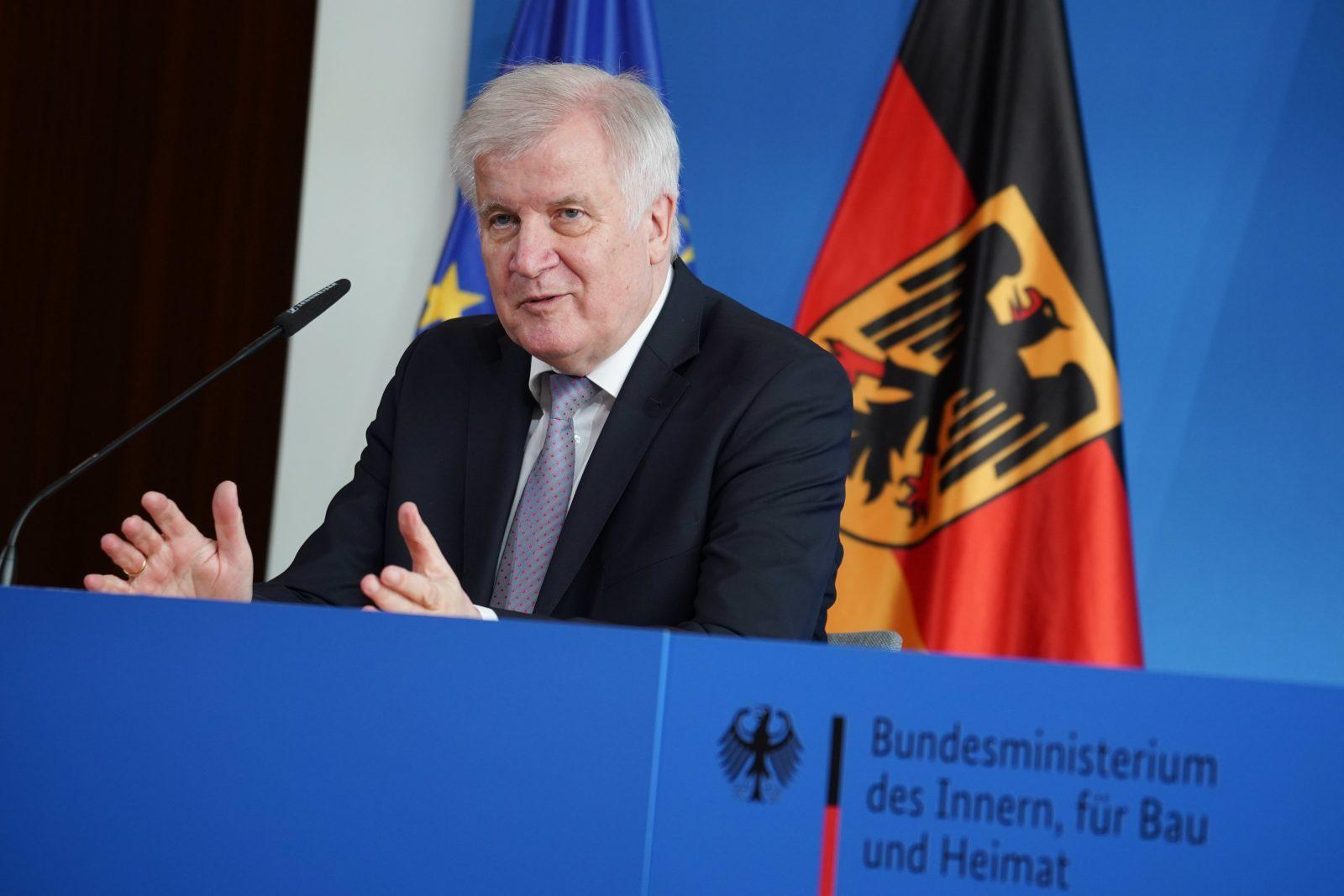 """Horst Seehofer (CSU): """"Daß es eine Delle gab, liegt schlicht und einfach an der Corona-Entwicklung"""" Foto: picture alliance/Jörg Carstensen/dpa"""