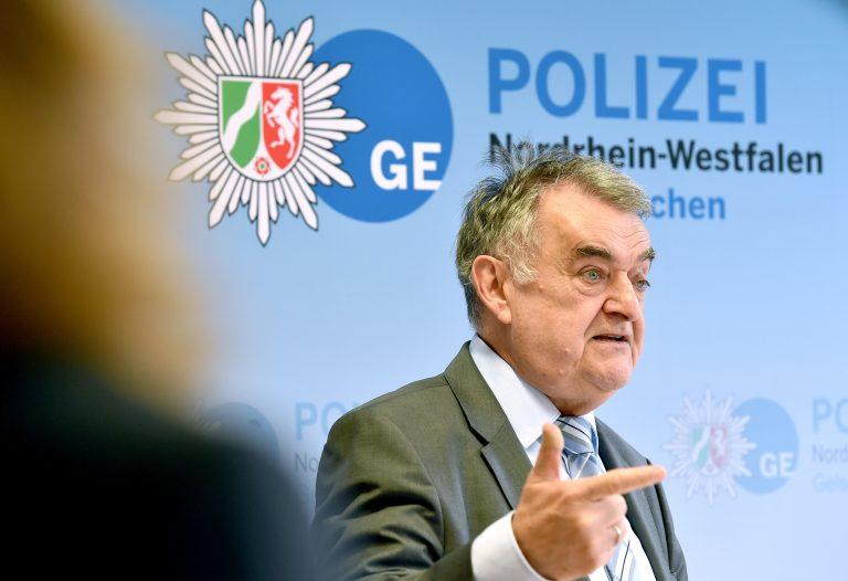 Nordrhein-Westfalens Innenminister Herbert Reul (CDU) betont Erfolge im Kampf gegen die Clans, auch wenn neue hinzukommen Foto: picture alliance/Caroline Seidel/dpa
